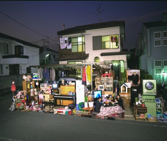 Gia đình nhàUkitacó 4 người, sống trong một ngôi nhà nhỏ ở ngoại ô Tokyo, Nhật Bản.Họ có rất nhiềuđồ điệnvàđồ dùng gia đìnhkhác nhau.Cáctài sảnquý giánhất làchiếc nhẫncướibằngvàng vàmột bộ sưu tậpgốmcổ.
