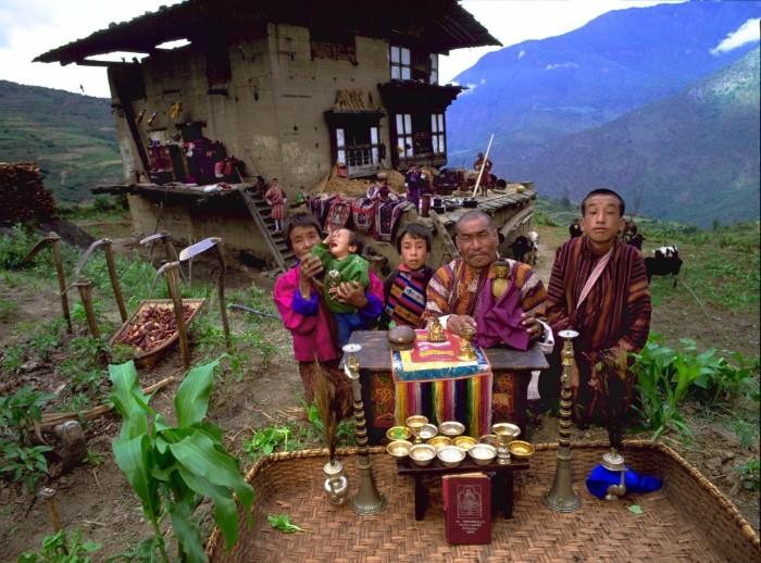 Nalim và gia đình gồm 13 người đang sống trong một ngôi nhà bên sườn đồi tại Bhutan. Gia súc và gia cầm được nuôi ở tầng một, các thành viên trong gia đình sống ở tầng hai. Tầng trên cùng là nơi họ cất trữ lương thực như thịt khô, ngũ cốc, cỏ khô. Họ nấu ăn ở ngoài trời và sử dụng đèn dầu để thắp sáng ngôi nhà của mình.
