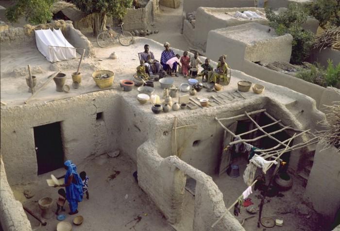 SoumanaNatomocó2 vợ và8 con.Gia đình này sốngtronghai ngôi nhà làm từgạchvà bùnở làngKouakourou,trên bờsôngNiger, Mali.Ngôi nhà không có điện, và tất cả tài sản mà họ sở hữu là nệm, gối, ghế cùng đồ dùng nhà bếp.Ngoài ra họ cũng có một vườn cây ăn quả cạnh nhà.