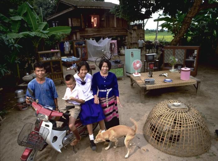 Gia đìnhKuenkaew là nông dân, và họ sống trong một ngôi nhà sàn nhỏ bao quanh bởi các ruộng lúa ở Thái Lan.