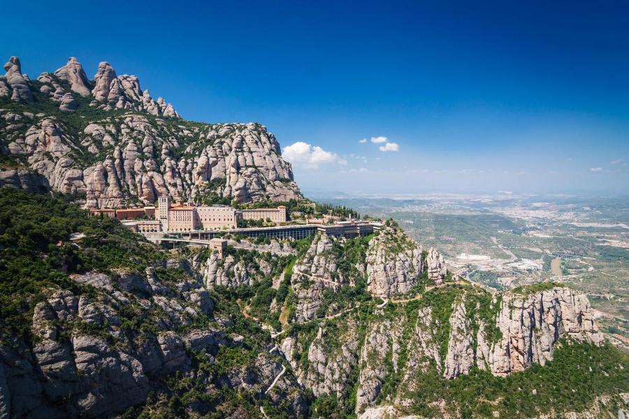 Ngoài những địa điểm nằm ở trong thành phố Barcelona, du khách có thể dành một ngày để du ngoạn núi Montserrat, trải nghiệm đi tàu, khám phá tu viện xây trong vách đá - một điểm đến linh thiêng của người dân xứ Catalan.