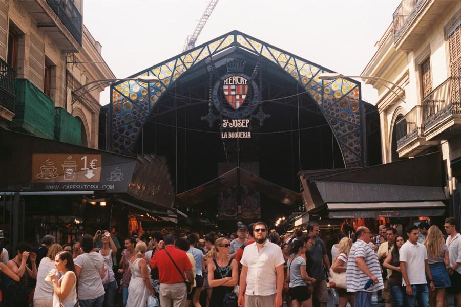 La Boqueria, một trong những điểm du lịch nổi tiếng nhất Barcelona và cũng trong số các chợ nổi tiếng nhất châu Âu.