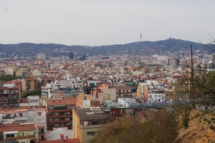 Lang thang quanh khu đồiMontjuicbạn sẽ tìm được khá nhiều địa điểm có thể ngắm toàn cảnh thành phố miễn phí. Đặc biệt là bạn được dạo bước trên những con đường không quá đông đúc du khách như La Rambla để tận hưởng sự thanh bình của một Barcelona khác.