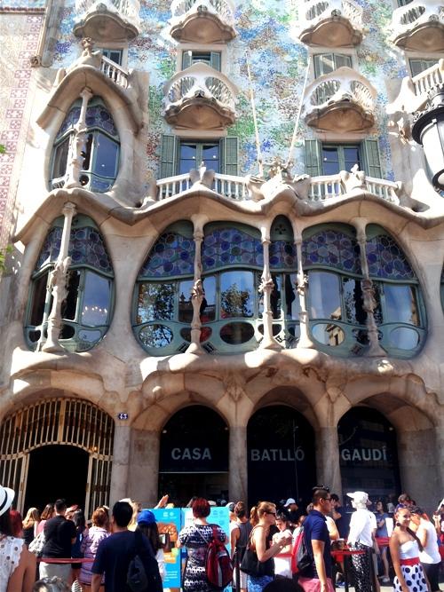 Công trình mở cửa đón khách từ 9h đến 21h hàng ngày với giá vé tham quan là 22 euro/ người lớn, trẻ em dưới 7 tuổi được miễn phí. Là một biểu tượng cho sự nghiệp kiến trúc của Antoni Gaudi, Casa Batllo thu hút rất đông khách tham quan mỗi ngày. Để không tốn thời gian xếp hàng mua vé, bạn có thể đặt vé trên mạng
