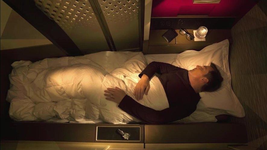 """Đứng ở vị trí số 1 là Etihad Airways, hãng hàng không quốc gia của UAE. Hành khách khi đi máy bay của hãng có thể đặt dịch vụ """"căn hộ"""", bao gồm một ghế bành, giường ngủ và vòi hoa sen riêng biệt. Giá vé một chiều vào khoảng 30.000 USD."""