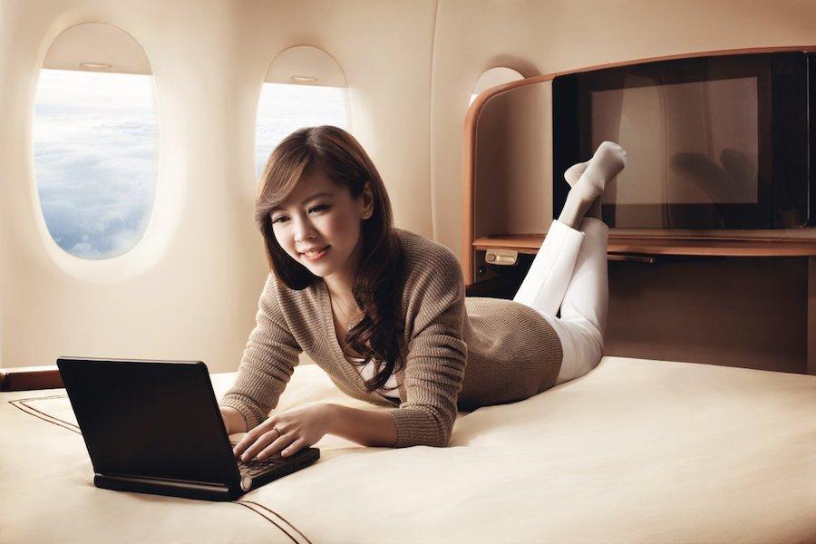 Chiếc giường của Singapore Airlines được nhận xét là tốt hơn hầu hết đệm tại gia. Với chiều rộng 90 cm, dài 2 mét, chiếc giường có thể làm thỏa mãn bất cứ hành khách nào. Giá vé một chiều là 9.200 USD.