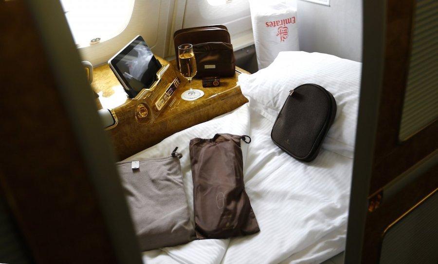 Hạng nhất của Emirates đứng thứ 3 với phòng ngủ riêng và nhà tắm cá nhân. Với một chuyến bay kéo dài 18 tiếng từ Dubai tới New York, hành khách sẽ phải bỏ ra 9.000 USD/chiều.