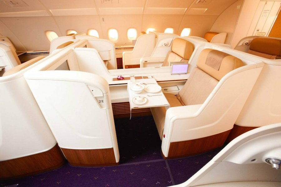 Hạng nhất của Thai Airways xếp thứ 5 với ghế ngồi rộng 50 cm. Giá một chiều từ New York tới Bangkok vào khoảng 6.000 USD.