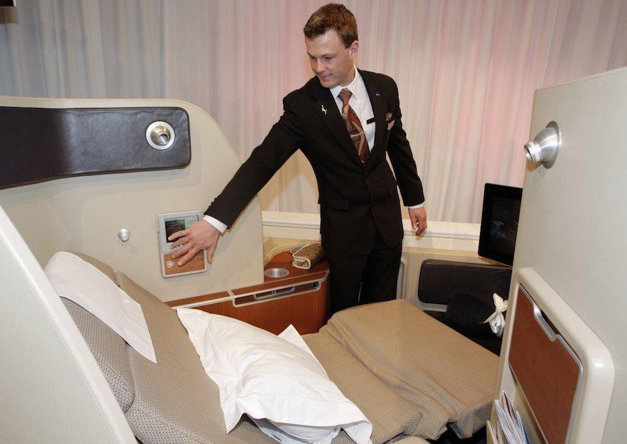 Các chuyến bay hạng nhất của Qantas có thể lên tới 15.000 USD, cung cấp sự riêng tư tuyệt đối với nhiều tiện ích như ghế ngả ra sau, đồ ngủ và kem mắt trong suốt chuyến đi