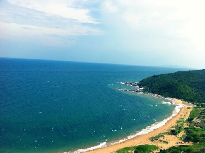 Biển xanh thăm thẳm bao bọc đảo Vĩnh Thực - Ảnh: hientete