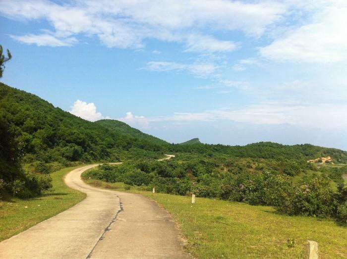 Con đường nhỏ uốn lượn với hai bên đường cây cối phủ xanh - Ảnh: hientete