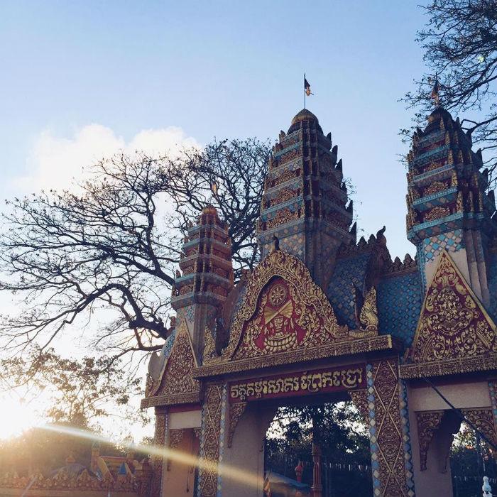 Cổng chùa được trang trí sắc nét