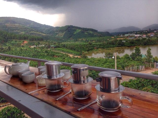 Quán cà phê độc đáo này thu hút khá nhiều khách du lịch nước ngoài đến thưởng thức và tham quan.