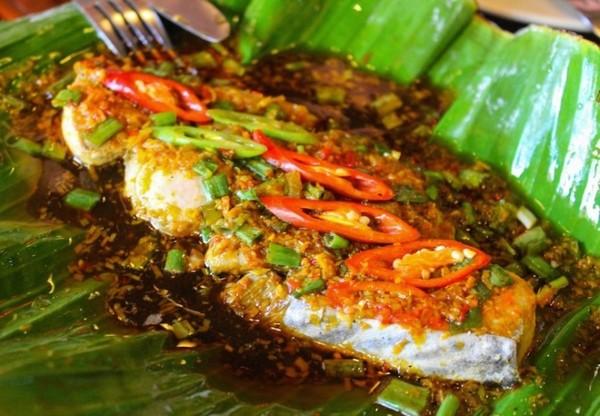 """""""Món cá ngon nhất tôi từng ăn. Cá tẩm ướp các loại gia vị, thảo mộc, bọc trong lá chuối và nướng""""."""
