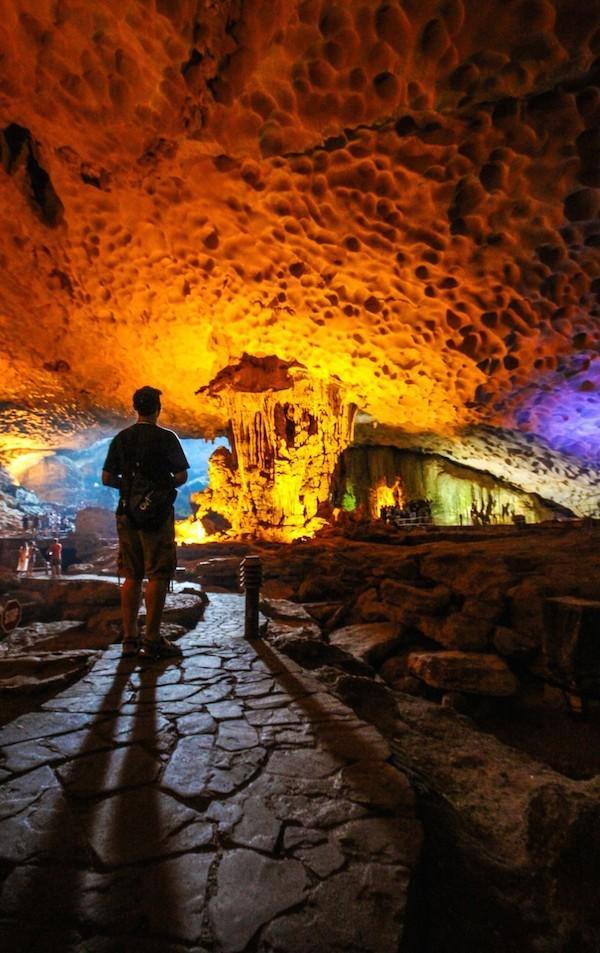 """""""Nhóm chúng tôi tham quan một hang động ở vịnh Hạ Long. Trong hình, một người của đoàn đứng lại để chiêm ngưỡng vẻ đẹp tuyệt vời của tự nhiên""""."""