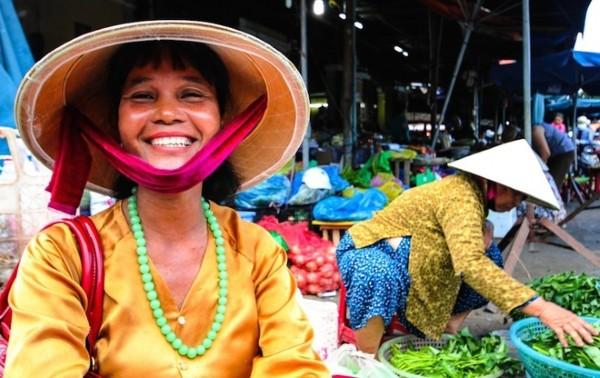 """""""Nụ cười có lẽ là điều quen thuộc nhất tại đất nước hình chữ S. Hầu hết mọi người đều mỉm cười và tỏ ra thoải mái khi chụp ảnh. Đầu tiên tôi khá bối rối và khó hiểu tại sao người Việt Nam lại cởi mở và chân thành đến thế sau một quá khứ đầy biến động. Tuy nhiên, chính sự vô tư và nụ cười thân thiện đã truyền sang tôi, để khi trở về nước, tôi vẫn luôn nở nụ cười mỗi khi nghĩ về Việt Nam""""."""