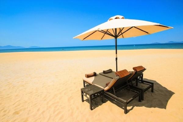 """""""Bãi biển ở Đà Nẵng đẹp ấn tượng với cát vàng, biển xanh và những cơn gió dịu nhẹ. Khi về tới Đà Nẵng, tôi như quên mất những căng thẳng và để cho tâm hồn hoàn toàn thư giãn tại đây""""."""