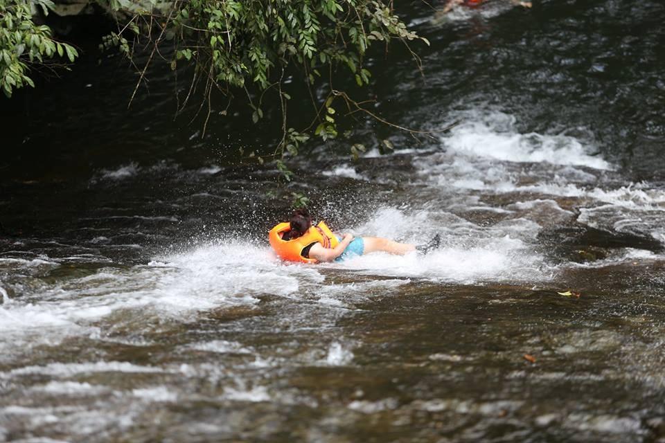 Bạn có sẵn sàng du lịch Lâm Đồng và trượt thác mạo hiểm và ngoạn mục thế này không