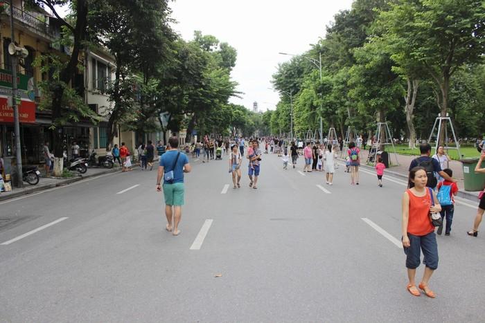 Từ 1/9, phố đi bộ quanh hồ Gươm được mở thông từ 19h thứ 6 đến 24h chủ nhật. Đây là khu vực công cộng duy nhất ở Hà Nội, các phương tiện giao thông không được phép lưu thông để nhường đường cho người dân và du khách đi bộ thong dong vào 3 ngày cuối tuần.