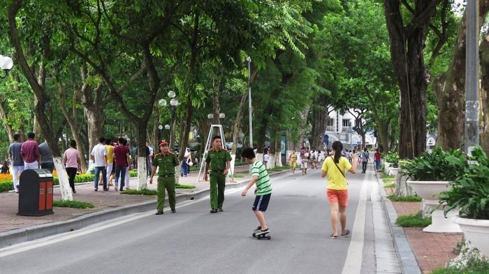 Trong suốt thời gian tổ chức phố đi bộ, lực lượng công an thường xuyên đi tuần để đảm bảo an ninh trật tự.