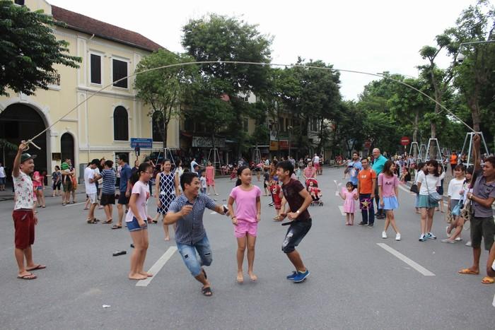 9h sáng, phố Đinh Tiên Hoàng vẫn khá thưa người đi bộ. Nhưng đến 9h30, nhóm My Hanoi tổ chức một số trò chơi dân gian như nhảy dây, kéo co, ô ăn quan… thu hút đông người tham gia.