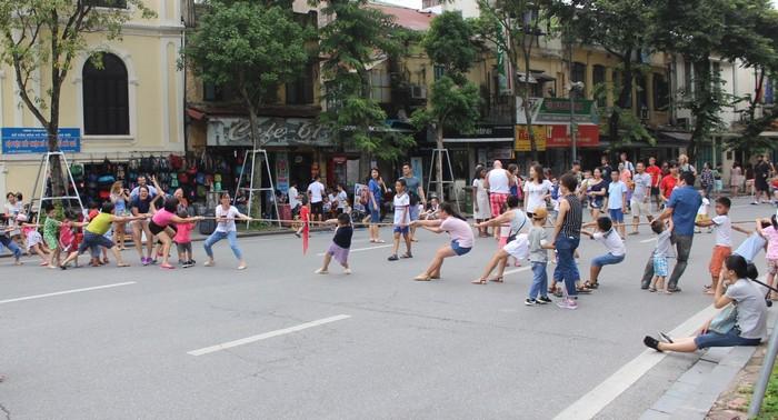 Đường rộng nên người chơi kéo co còn kéo dây vắt ngang qua đường Đinh Tiên Hoàng. Phó thường trực UBND quận Hoàn Kiếm cho biết sáng cuối tuần, lượng người đến vui chơi tại không gian đi bộ khoảng vài nghìn, buổi trưa ít hơn nhưng đến tối lại tăng lên 12.000-15.000 người.