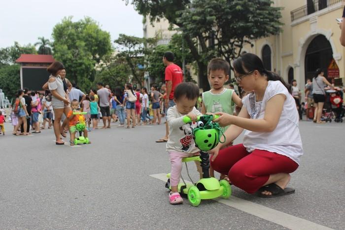 Nhiều phụ huynh đưa con ra tập xe đạp. Tại đây xuất hiện một số dịch vụ tự phát như cho thuê xe đạp, xe điện 2 bánh tự cân bằng.