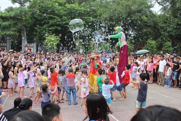 Đoàn nghệ thuật Nga biểu diễn ảo thuật, đi cà kheo quanh hồ Gươm vào các ngày cuối tuần. Đoàn sẽ biểu diễn trong tháng 9 vào hai khung giờ, từ 9h đến 10h30 và 20h đến 21h30.
