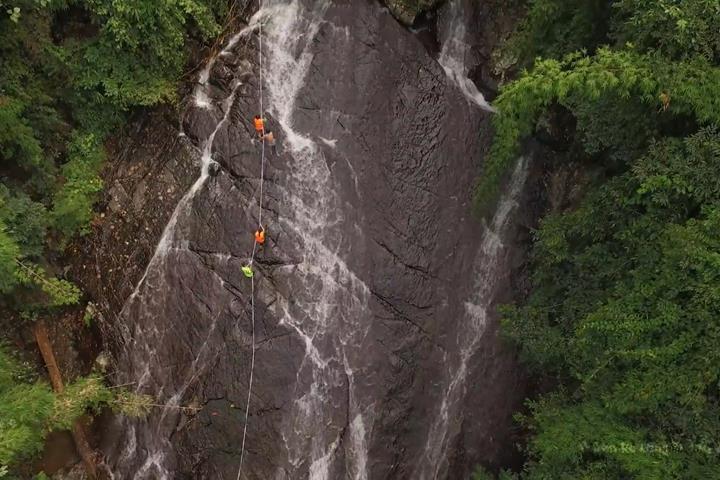 Dân phượt thích thú đu dây lên đỉnh