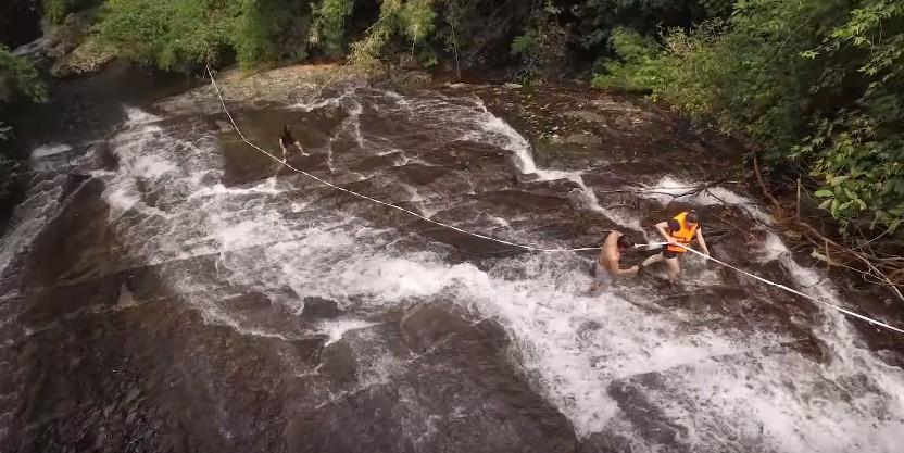 Bạn phải thật cẩn thận khi đu dây lên đỉnh thác và trượt thác nhé
