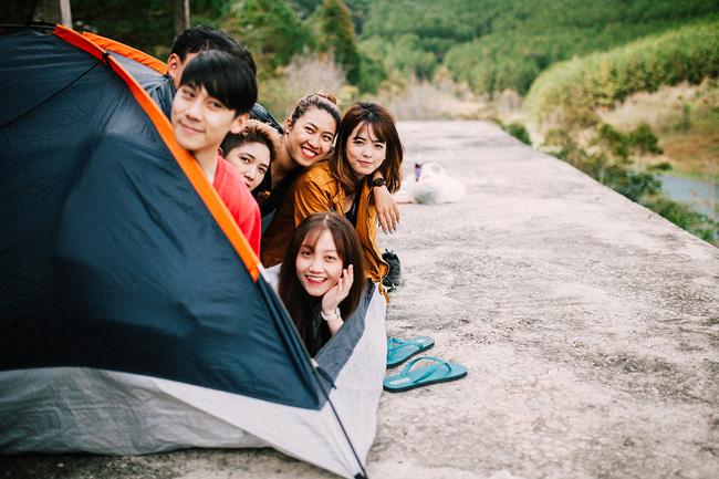 Cắm trại ở hồ Tuyền Lâm. -Ảnh: Vincent
