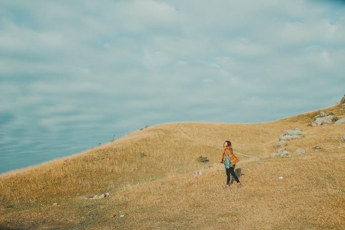 Có cơn gió trong lành thổi dọc theo sườn núi nhỏ - Ảnh: Haruka
