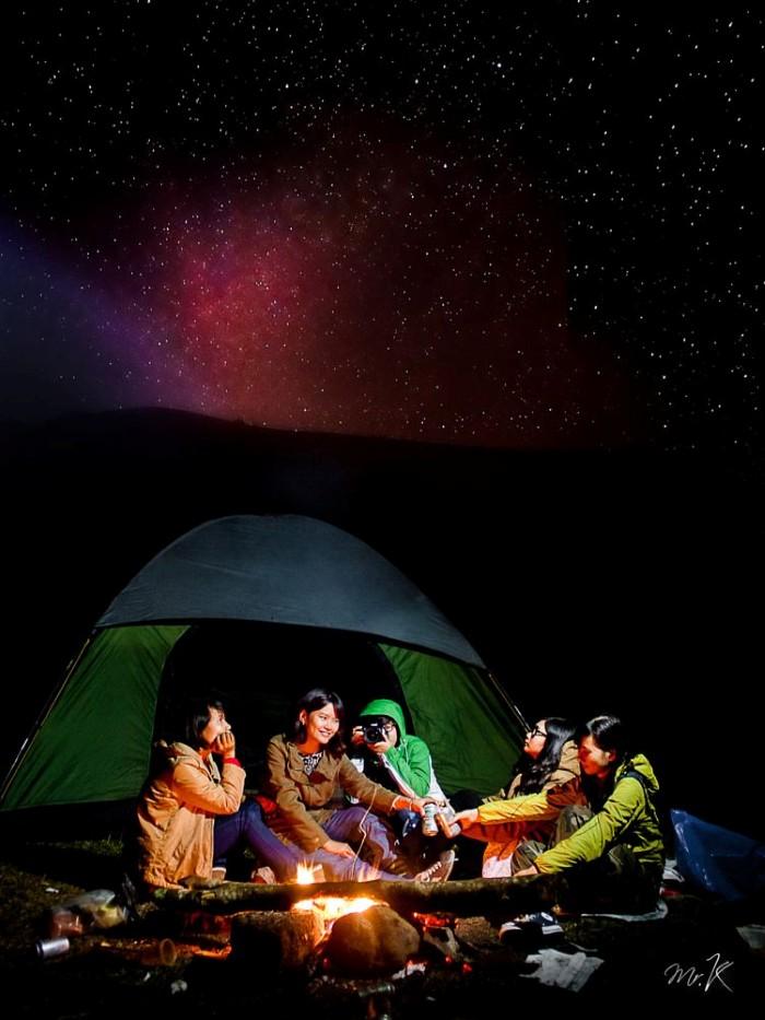 Rồi khi màn đêm buông ta lại cùng chúng bạn say sưa bên lửa trại bập bùng - Ảnh: Mr K