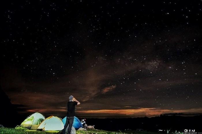 Ngắm bầu trời đầy sao vô cùng ảo diệu - Ảnh: highmanonthetrip