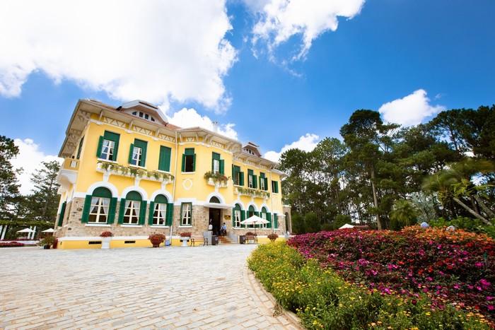 Toàn bộ Dinh I rộng khoảng 18 ha, trong đó tòa nhà là 818 m2, gồm 12 phòng lớn nhỏ. Các ô cửa mái vòm, cánh sơn xanh và tường vàng mang đến vẻ đẹp cổ điển kiểu Pháp đặc trưng cho dinh. Đây là một trong những công trình kiến trúc đồ sộ bậc nhất ở Đà Lạt thời bấy giờ.