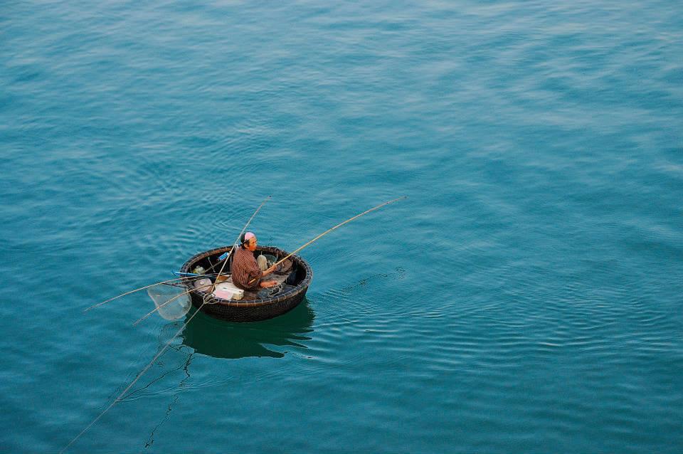 Ngoài thuyền nan thì thuyền thúng cũng được người dân địa phương sử dụng để câu và bắt thủy hải sản. Khung cảnh thuyền thúng nằm giữa màn nước xanh như ngọc này càng làm đa dạng và sống động thêm mặt đầm Lập An.
