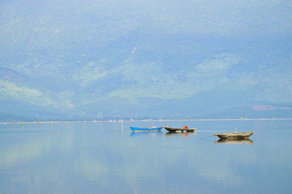 Do bao quanh là núi Bạch Mã nên du khách thích leo núi có thể kết hợp tuyến Lăng Cô - Lập An - Bạch Mã.