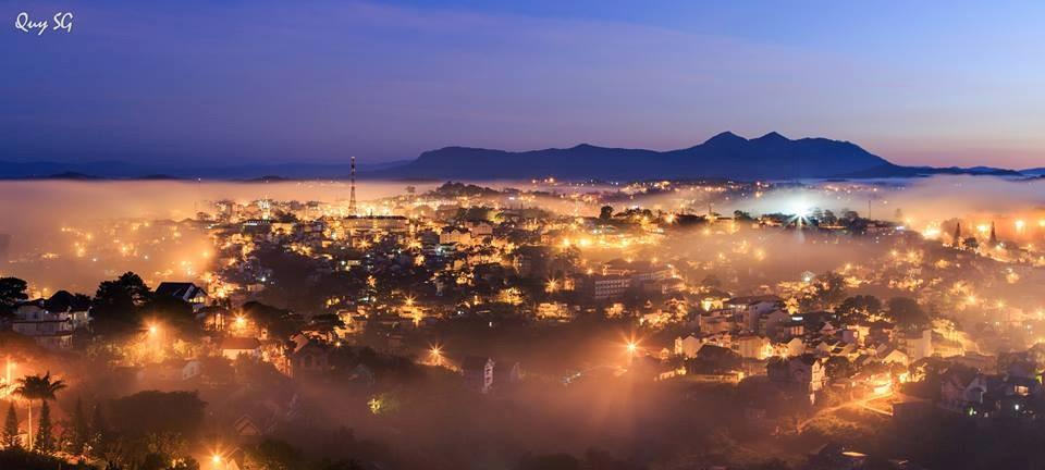 Vẻ đẹp của thành phố sương mù trong ánh đèn đêm