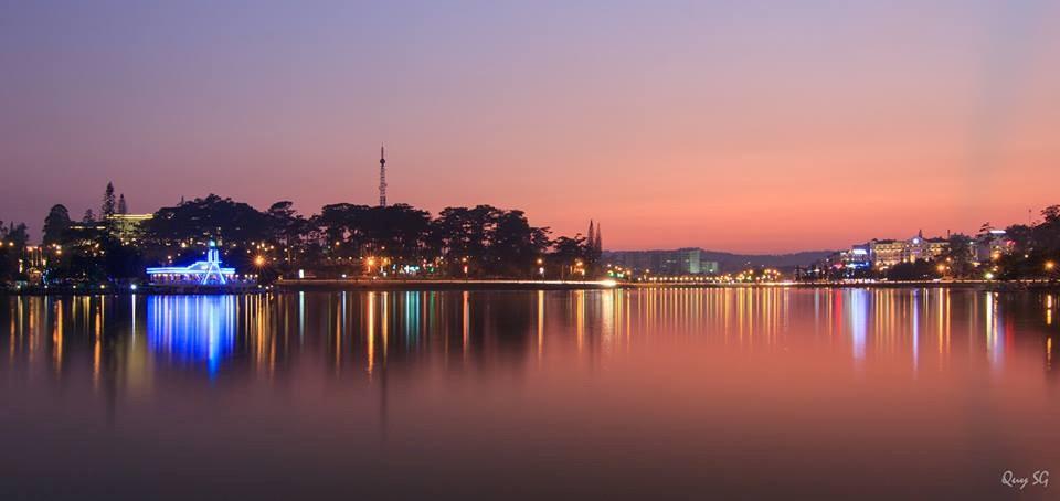 Hồ Xuân Hương phản chiếu ánh đèn đêm lung linh