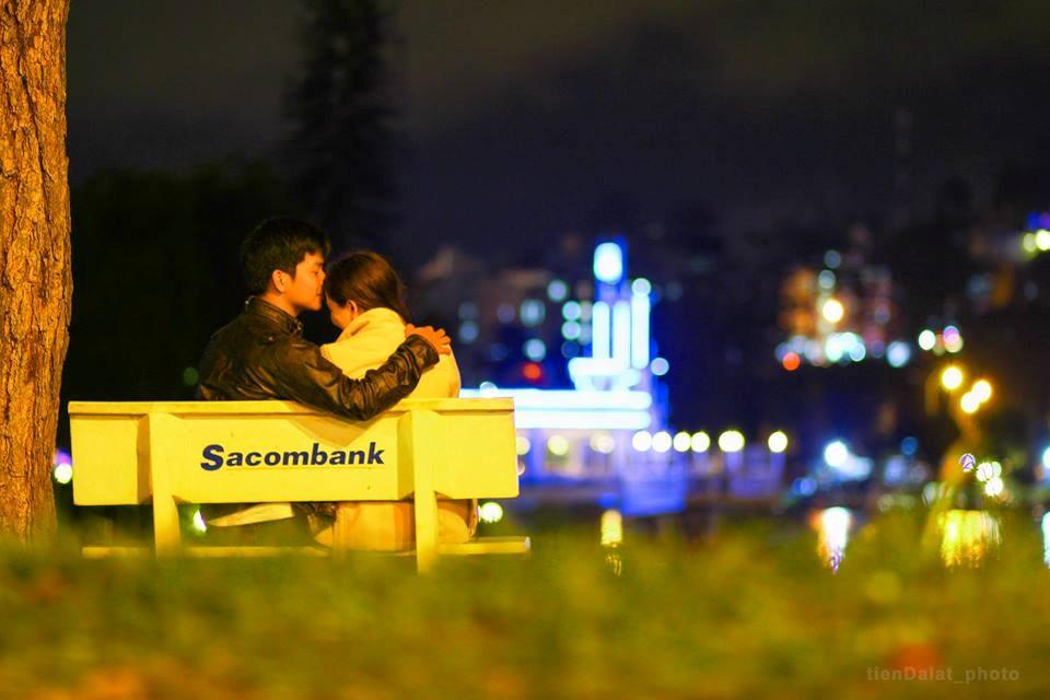 Hồ Xuân Hương về đêm là điểm hẹn hò đáng yêu của các cặp đôi