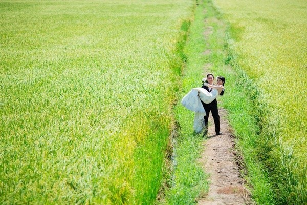 Những bộ ảnh cưới đẹp xuất sắc khi các cặp đôi nước ngoài sang Việt Nam chụp - Ảnh 28.