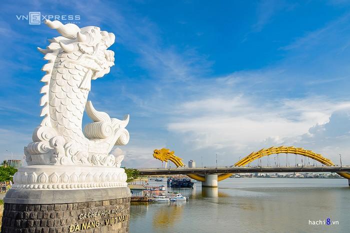Cầu nằm ngay đầu cầu Rồng, đường Trần Hưng Đạo, quận Sơn Trà, Đà Nẵng. Đây là cụm công trình điểm nhấn bên bờ sông Hàn của thành phố Đà Nẵng, mở cửa miễn phí cho du khách tham quan.