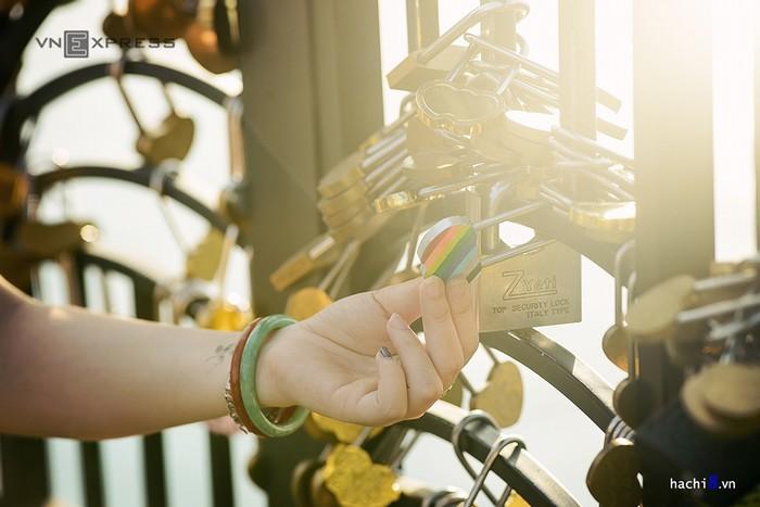 Điều đặc biệt khi tới đây là các đôi tình nhân sẽ được tự tay chọn những chiếc khóa ưng ý nhất và gắn chặt vào thành cầu. Những ổ khóa đa sắc màu này thường sẽ không có chìa để mở với mong muốn cho tình yêu bền vững, thủy chung.