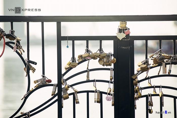 Hàng trăm chiếc khóa đã được móc vào thành Cầu tình yêu. Mỗi chiêc mỗi vẻ và đem lại sự độc đáo cho cây cầu lãng mạn này.