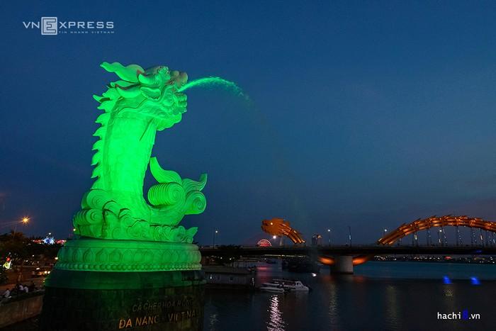 Cầu tình yêu nằm giữa cầu Rồng và cầu sông Hàn. Khi đêm xuống tượng cá chép hóa rồng cũng phun nước tạo nên một khung cảnh lãng mạn, nên thơ.