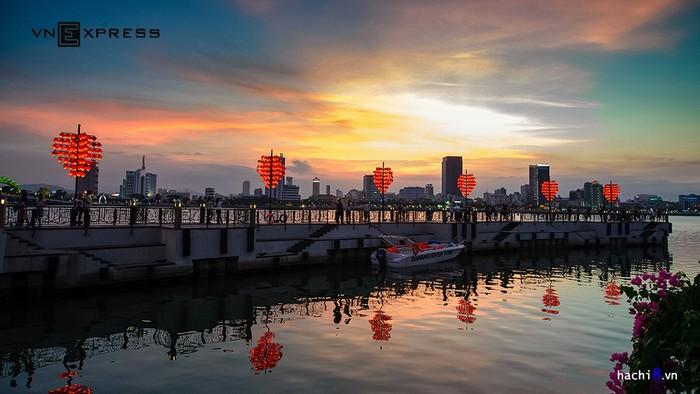 Đây cũng là nơi thích hợp ngắm hoàng hôn, sắc màu cuối ngày khiến cây cầu càng quyến rũ và lãng mạn hơn... Nhiều du khách chọn đây là điểm dừng chân yêu thích mỗi khi đến với Đà Nẵng.