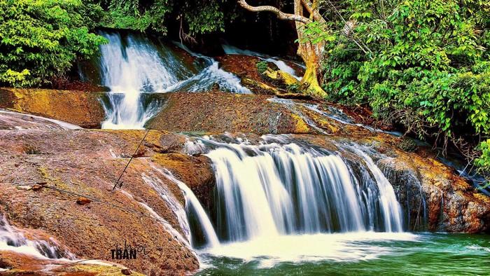 Tiếng thác nước đổ vang vọng khắp rừng núi