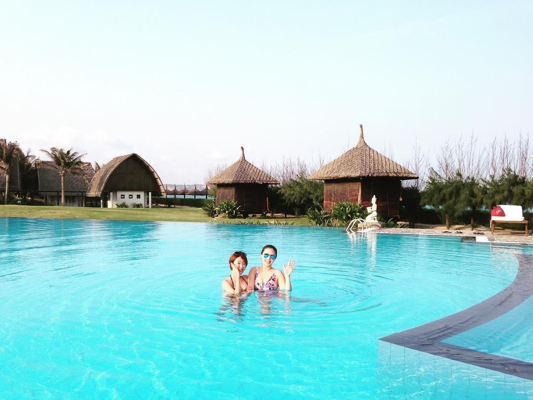 Các bugalow kiến trúc Chăm bên cạnh hồ bơi