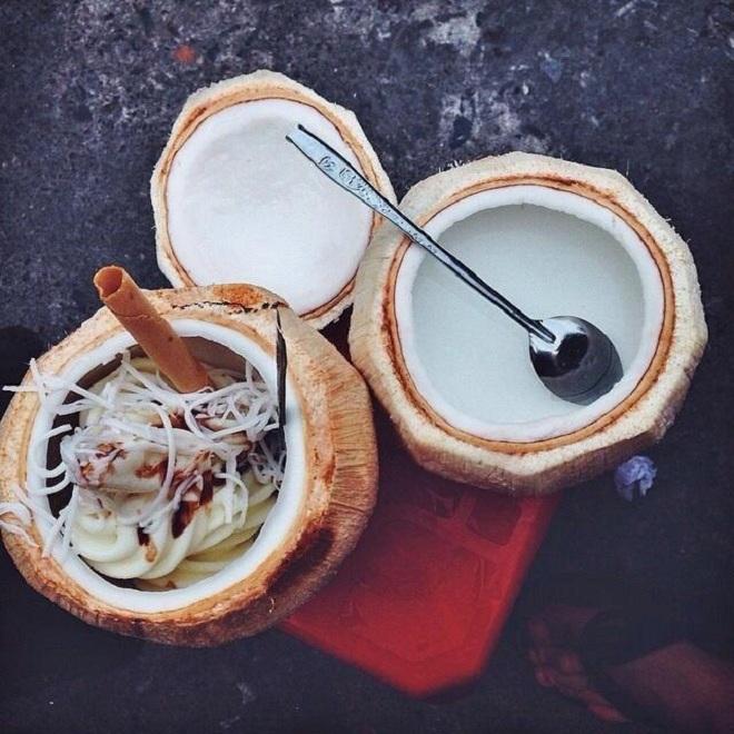 Kem dừa:Kem dừa cũng là món yêu thích khi nhắc đến ẩm thực con phố này. Bên trong quả dừa tươi, người bán khéo léo đặt vào kem tươi đã chế biến, sau đó rắc lên trên một chút dừa nạo sợi, lạc giã nhỏ, sốt chocolate và một que ốc quế.