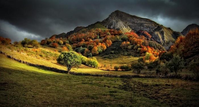 Trong ảnh là mùa thu ở Asturia, một cộng đồng tự trị trong Vương quốc Tây Ban Nha. Cộng đồng này nằm ở bờ biển phía bắc của Tây Ban Nha, đối diện biển Cantabria.